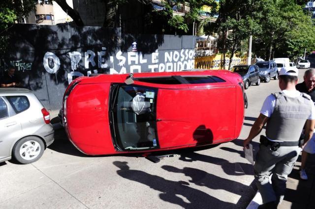 Carro tomba após colisão na Avenida Carlos Gomes Ronaldo Bernardi/Agencia RBS
