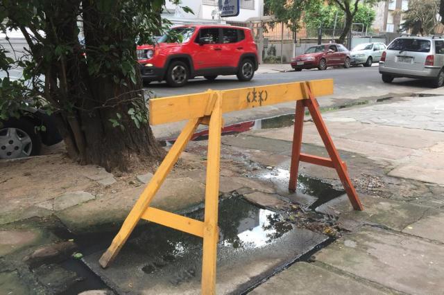 Esgoto a céu aberto transborda em calçada do bairro Menino Deus Jéssica Rebeca Weber/Agência RBS