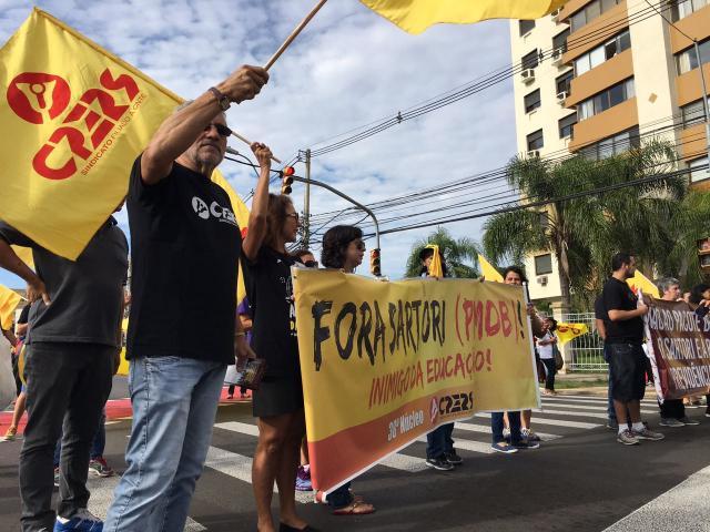 Professores protestam em frente ao condomínio onde mora o governador do RS Felipe Daroit / Agência RBS/Agência RBS