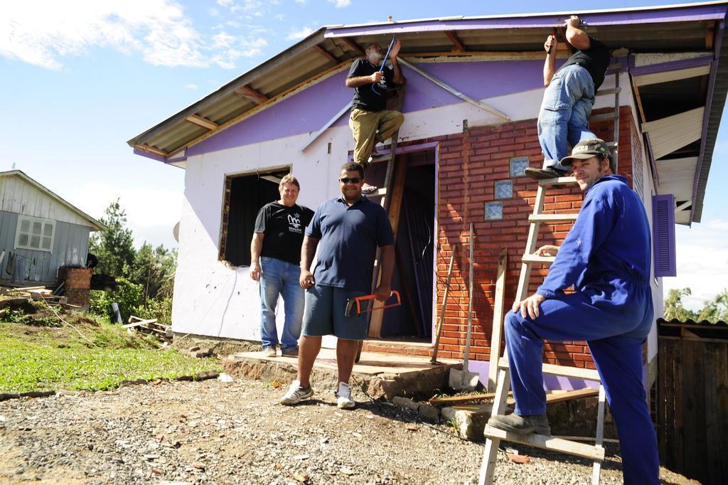 Enquanto os recursos federais não chegam, voluntários ajudam a reerguer São Francisco de Paula Marcelo Casagrande/Agencia RBS