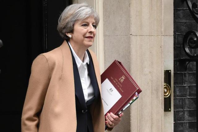 Primeira-ministra britânica propõe antecipar para junho de 2017 as eleições de 2020 OLI SCARFF/AFP