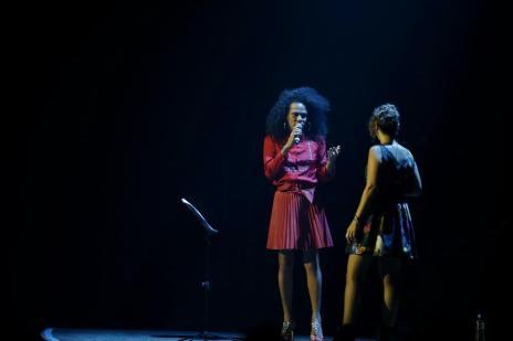 """VÍDEO: cantora trans gaúcha Valéria Houston canta """"Ne Me Quitte Pas"""" com francesa Zaz em Porto Alegre (Camila Domingues/Especial)"""