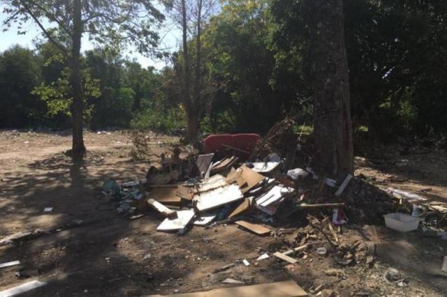 Moradores reclamam de descarte irregular de lixo em terreno na zona sul de Porto Alegre Marina Pagno/Rádio Gaúcha