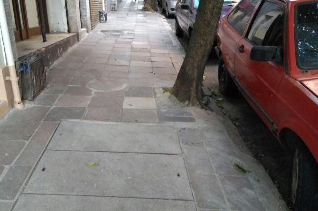 Dmae conserta calçada no Centro Histórico Dmae/Divulgação