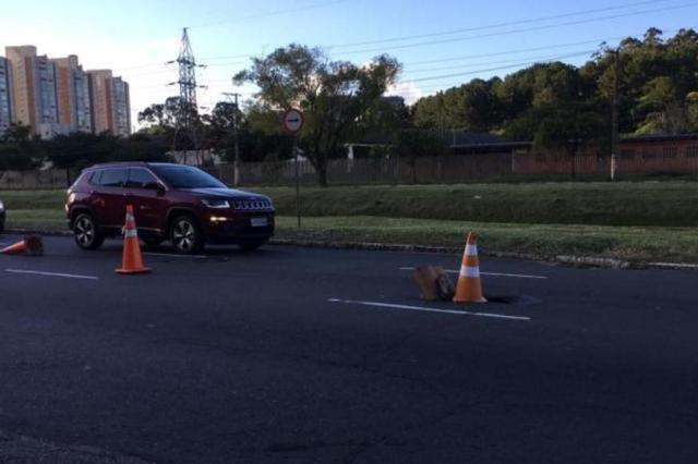 Buraco no asfalto causa problemas no trânsito na Avenida Ipiranga, em Porto Alegre Marina Pagno/Rádio Gaúcha