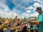 Torcedores aproveitam visita aos boxes para tietar pilotos da Stock Car Bruno Alencastro / Agência RBS/Agência RBS