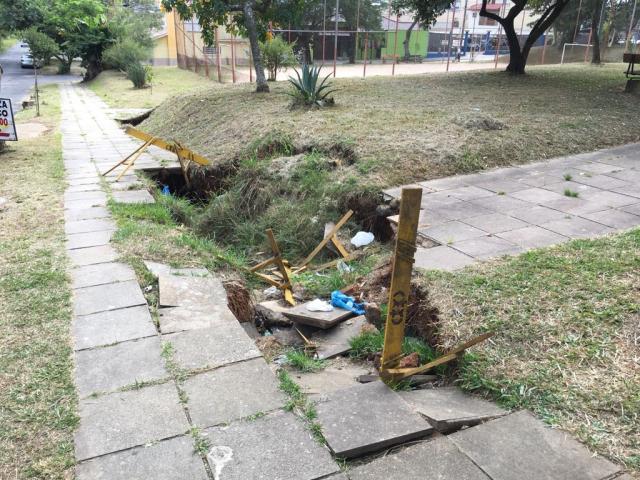 Calçada ameaça afundar na zona norte de Porto Alegre Paulo Rocha/Rádio Gaúcha