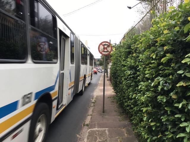 Placa de trânsito prejudica circulação de pedestres na zona sul da Capital Paulo Rocha/Rádio Gaúcha