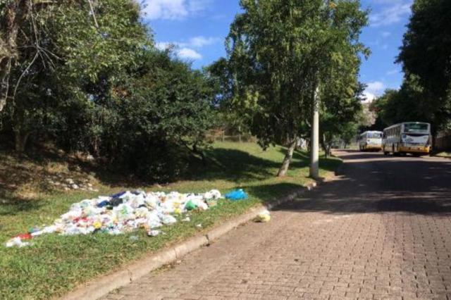Moradores reclamam de descarte de lixo ao lado de terminal de ônibus na zona sul de Porto Alegre Marina Pagno/Rádio Gaúcha