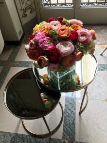 Flores e verdes sobre mesas, paredes e tetos marcam ambientes Eleone Prestes / Studio Prestes/Studio Prestes
