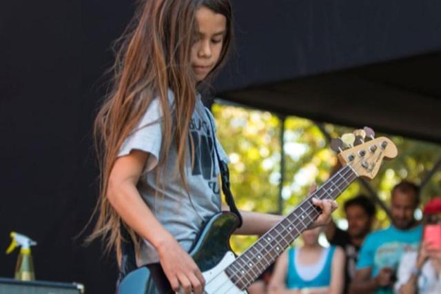 Filho de 12 anos de Robert Trujillo, do Metallica, deve substituir baixista do Korn em show em Porto Alegre Reprodução/@tyetru