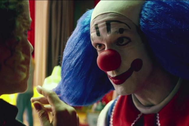 """Sexo, drogas e palhaçadas: veja o segundo trailer de """"Bingo - O Rei das Manhãs"""", filme sobre Bozo Warner Bros. Pictures Brasil/Divulgação"""