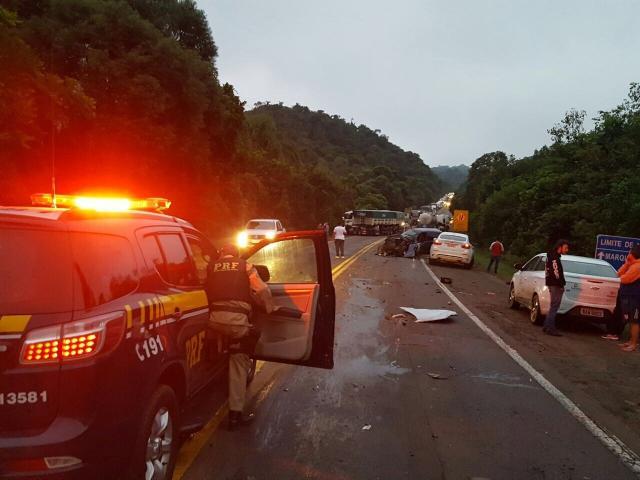 Acidente entre nove veículos fere um e bloqueia a BR-386, em Marques de Souza Divulgação / PRF/PRF