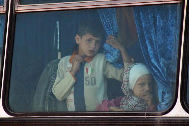 Síria reinicia a retirada de moradores de cidades sitiadas OMAR HAJ KADOUR/AFP