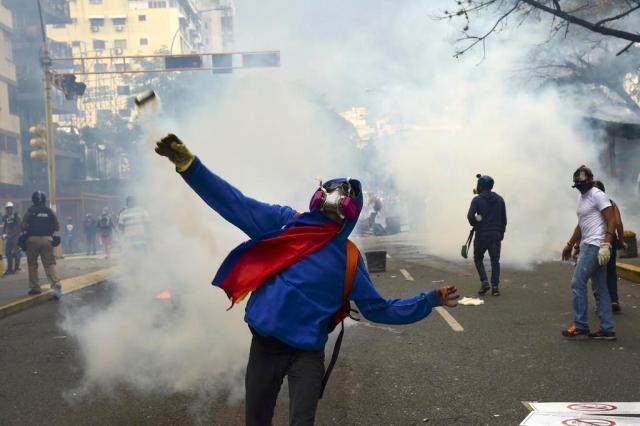 Duas pessoas são mortas a tiros durante manifestações na Venezuela RONALDO SCHEMIDT/AFP