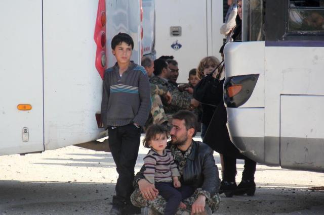 Operação para retirar moradores de cidades sitiadas é suspensa na Síria OMAR HAJ KADOUR/AFP