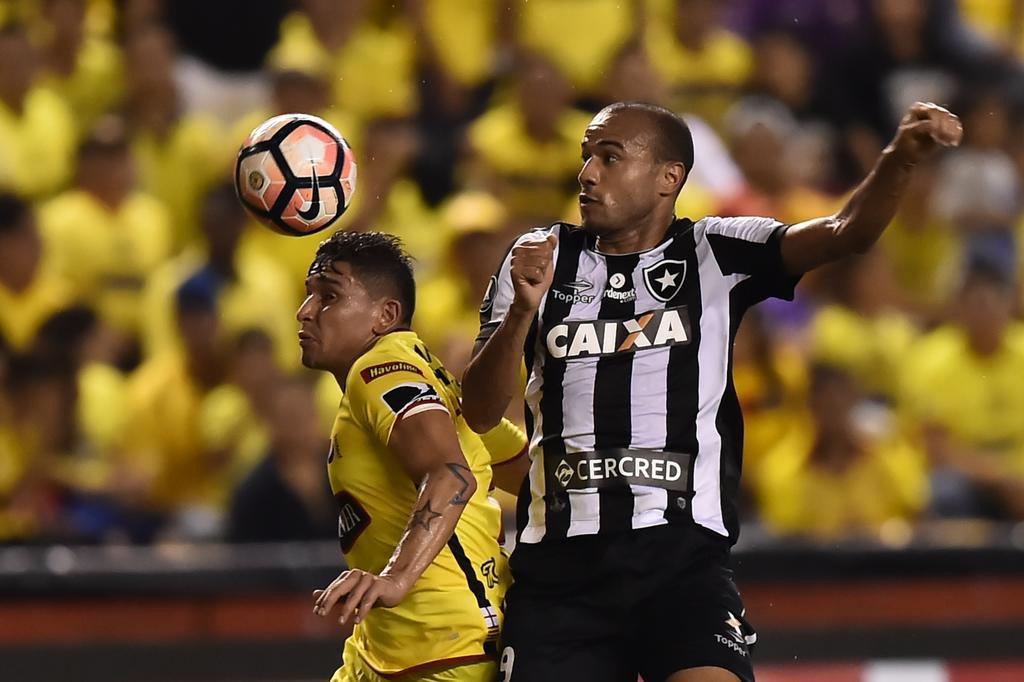 Botafogo perde pênalti, mas busca empate com o Barcelona em Guayaquil