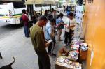 Para lembrar o Dia Internacional do Livro, ação distribui obras em paradas de ônibus da Lomba do Pinheiro
