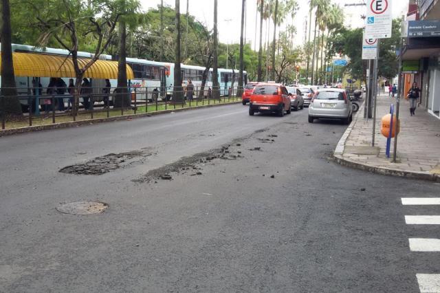 Dois meses depois de trocado, asfalto já tem buracos na Osvaldo Aranha Leandro Brixius/Agência RBS