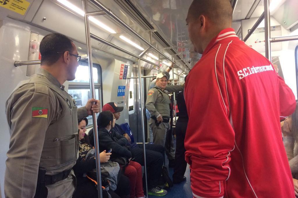 Confusão entre organizada do Inter e passageiro interrompeu serviço do trensurb na manhã deste domingo