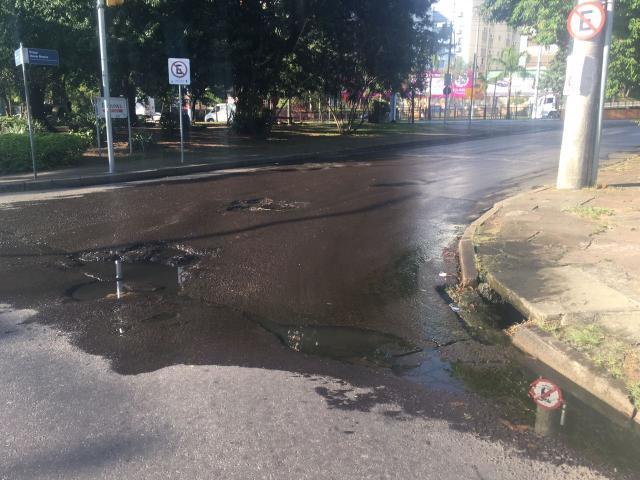 Vazamento contínuo de água abre buracos em rua no bairro Auxiliadora Marina Pagno / Agência RBS/Agência RBS