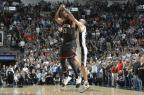 Com toco de Ginobili no fim, Spurs vence o Rockets na prorrogação Mark Sobhani / NBAE/Getty Images/AFP/NBAE/Getty Images/AFP