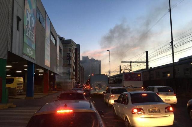 Incêndio em ônibus causa lentidão no trânsito na região central de Porto Alegre Lucas Abati/Rádio Gaúcha