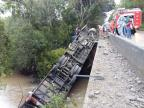 Ônibus de grupo musical cai de ponte e deixa uma pessoa morta em Candelária Patrícia Steffanello/Rádio Sorriso FM