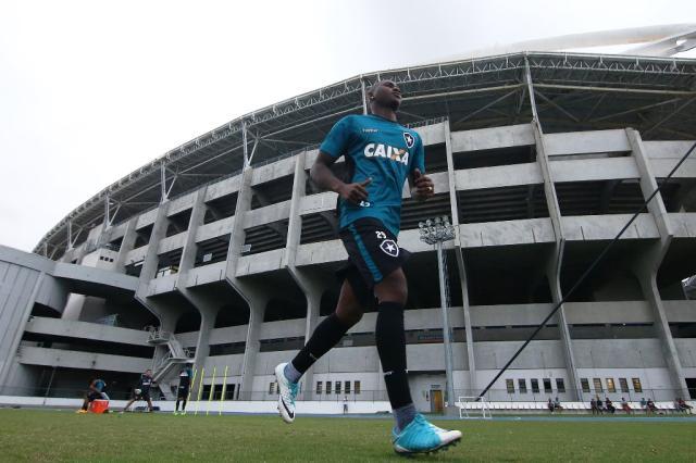 Sassá é cobrado por torcedores na saída de treino do Botafogo Vítor Silva/SSPress/Botafogo/