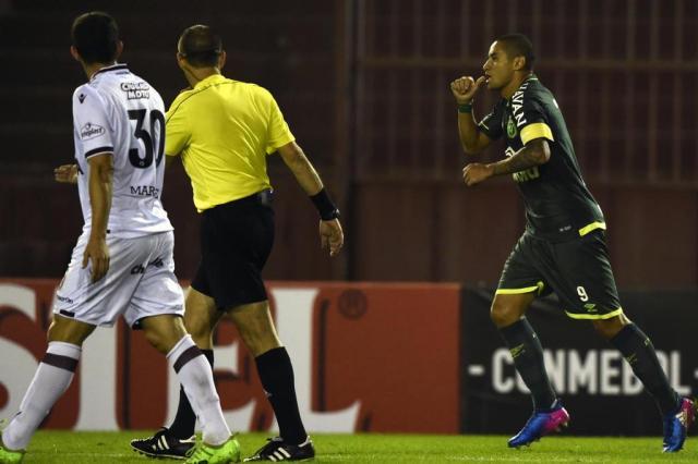Chapecoense vence o Lanús e segue com chances na Libertadores da América EITAN ABRAMOVICH/AFP