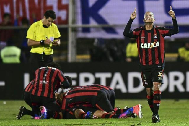 Atlético-PR vence Universidad Católica fora de casa e se classifica na Libertadores MARTIN BERNETTI/AFP