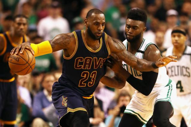 LeBron James domina, e Cavs larga na frente contra o Celtics Elsa / Getty Images/AFP/Getty Images/AFP