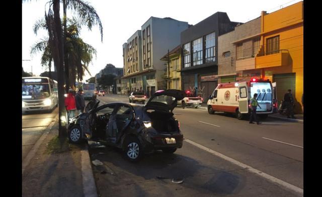 Acidente deixa três feridos e bloqueia trânsito na Avenida Farrapos, em Porto Alegre Felipe Daroit / Agência RBS/Agência RBS