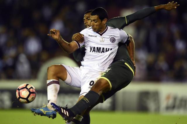 Lanús aciona Conmebol para reverter derrota para a Chapecoense pela Libertadores EITAN ABRAMOVICH/AFP