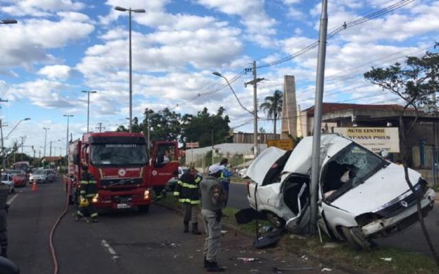 Adolescente morre após carro capotar e bater em poste em Porto Alegre Vitor Rosa / Agência RBS/Agência RBS