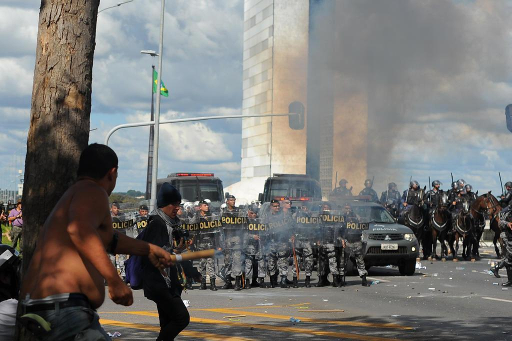 Manifestantes jogam pedras no prédio do Planejamento e acendem fogueiras em Brasília