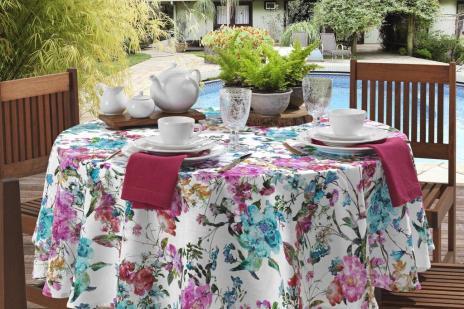 Estampa floral marca nova linha de mesa e almofadas (Copa&Cia/Divulgação)