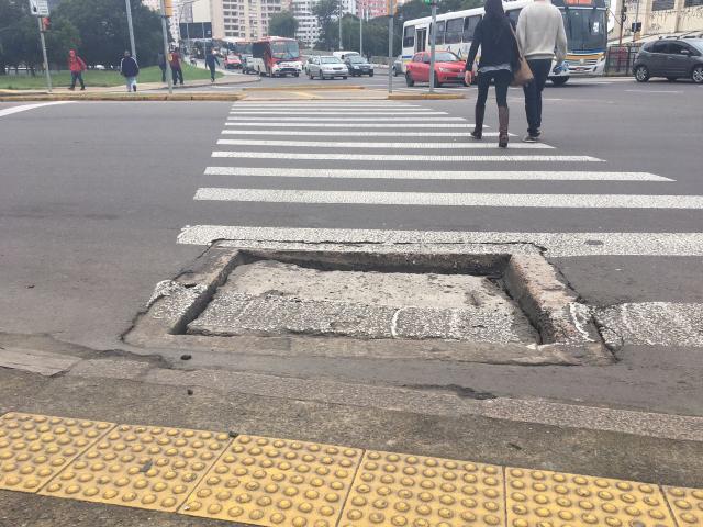 Desnível no asfalto em faixa de segurança prejudica circulação no bairro Praia de Belas Marina Pagno/Agencia RBS