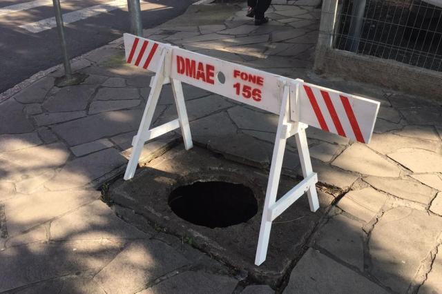 Calçada no bairro Floresta, em Porto Alegre, tem buraco de 40 centímetros aberto há meses Marina Pagno/Rádio Gaúcha
