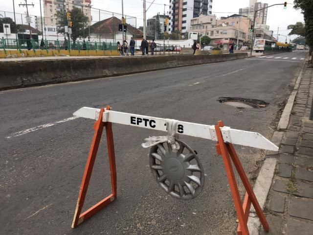 "Morador ""pede emprestado"" cavalete da EPTC para sinalizar buraco na Bento Gonçalves Felipe Daroit / Agência RBS/Agência RBS"