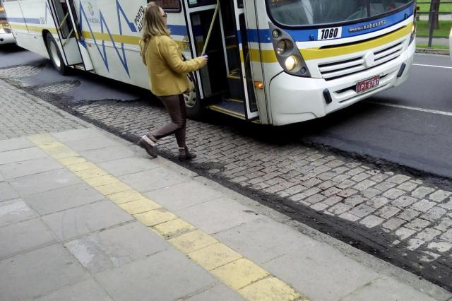 Para evitar buraco, motoristas param ônibus no meio da Av. Praia de Belas e prejudicam passageiros Carolina Cattaneo/Agência RBS