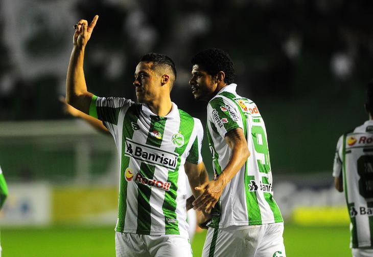 Comemoração do terceiro gol do Juventude marcado pelo atacante Ramon.