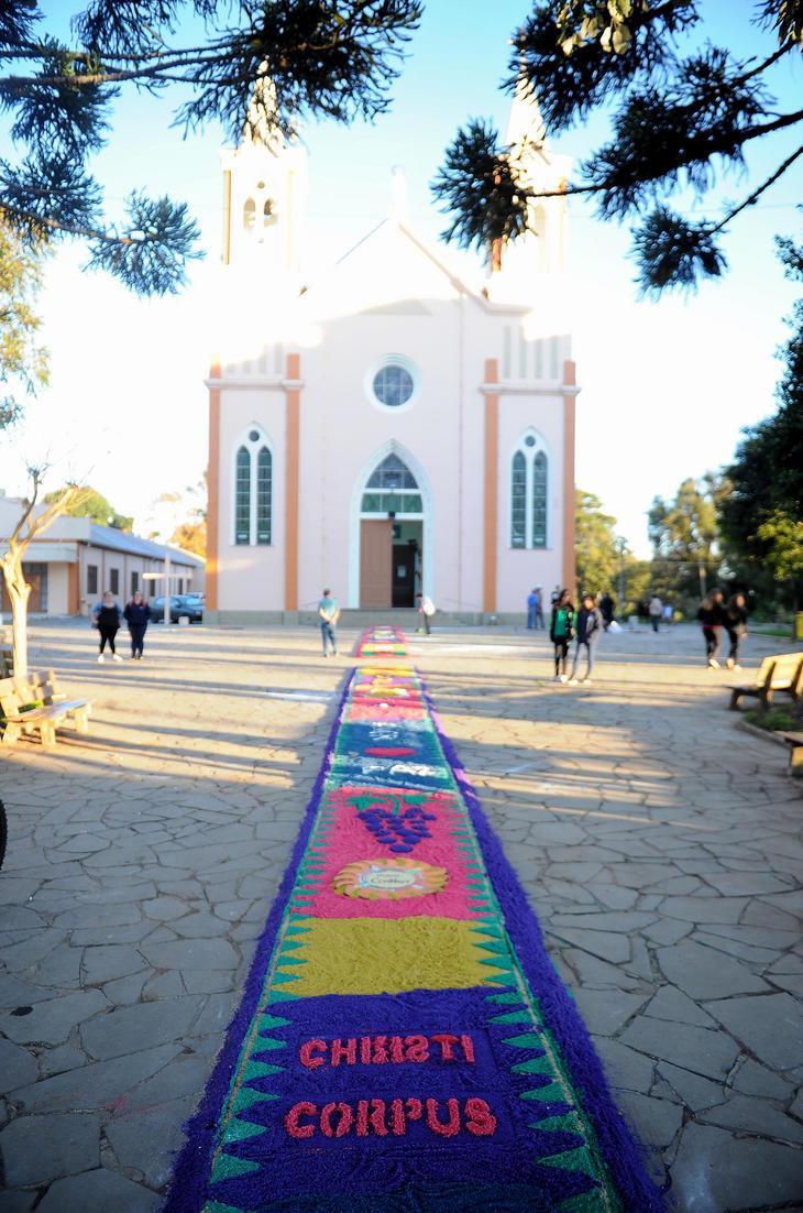 No distrito de Fazenda Souza, interior de Caxias do Sul, a comunidade exibirá 10 tapetes de serragem na praça central.