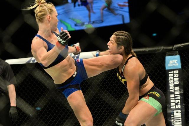 Bethe provoca Holm, leva chute espetacular e é nocauteada no UFC ROSLAN RAHMAN/AFP