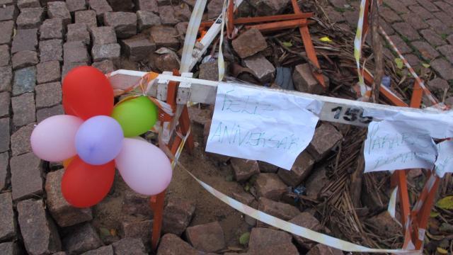 """Buraco de rua ganha balões e cartazes de """"feliz aniversário"""" no bairro Bela Vista Felipe Daroit / Agência RBS/Agência RBS"""