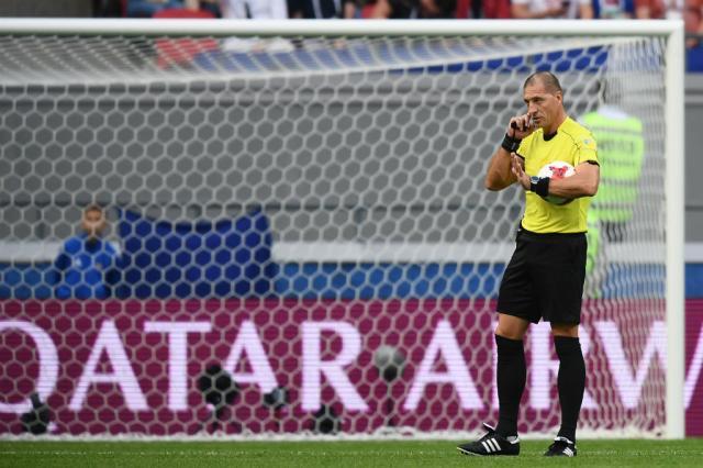 Prancheta ZH: quais os benefícios e os problemas do árbitro de vídeo no futebol? Franck Fife / AFP/AFP