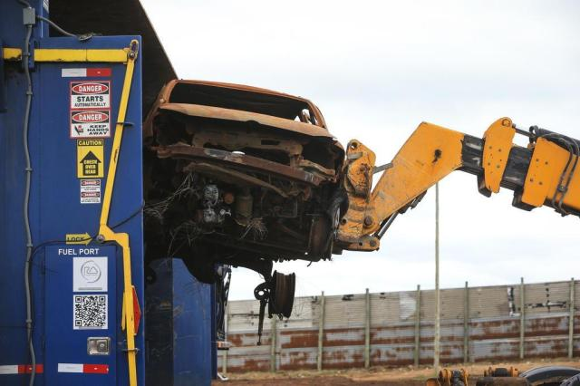 FOTO: Detran inicia trituração de carros que estavam apodrecendo em depósito de Viamão Bruno Alencastro/Agencia RBS