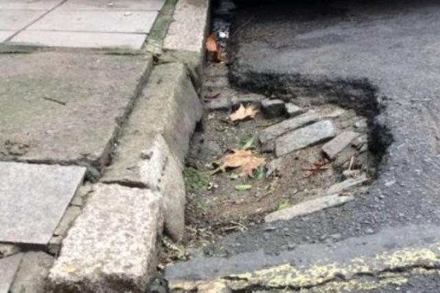 Buraco no asfalto prejudica circulação de carros e pedestres no Bom Fim Pelas Ruas/Reprodução