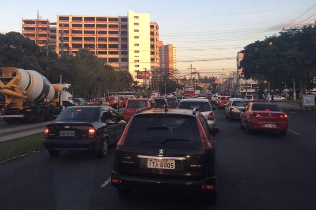Bloqueio parcial na Avenida da Azenha provoca congestionamento na tarde desta quarta-feira Marina Pagno/Rádio Gaúcha