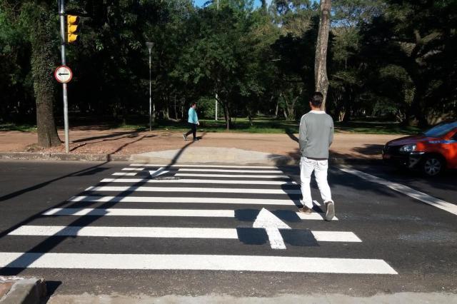 Saiba o que significam as setas pintadas em faixas de segurança de Porto Alegre Júlia Burg/Agência RBS